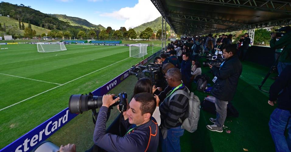 Centenas de jornalistas se posicionam para treinamento desta quinta-feira, em Teresópolis
