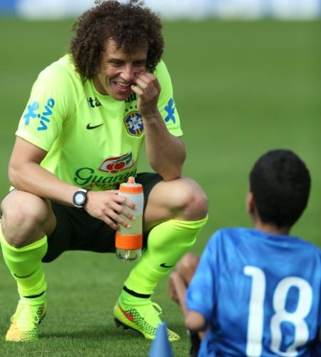 David Luiz conversa com criança levada a campo na Granja Comary