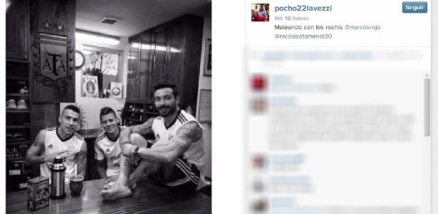 Ezequiel Lavezzi (em cima da mesa) publicou foto tomando mate com Nicolás Otamendi e Marcos Rojo