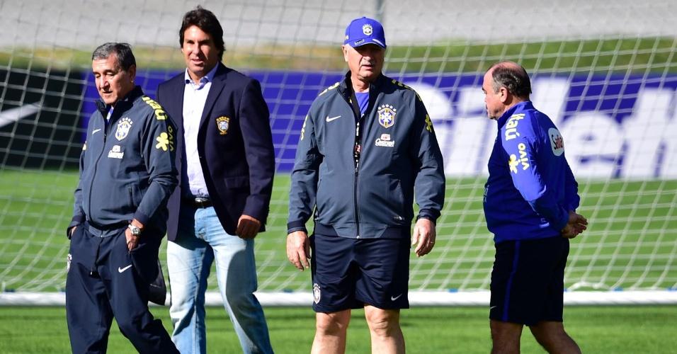 Felipão e comissão técnica chegam a campo para início de atividades da seleção brasileira nesta quinta