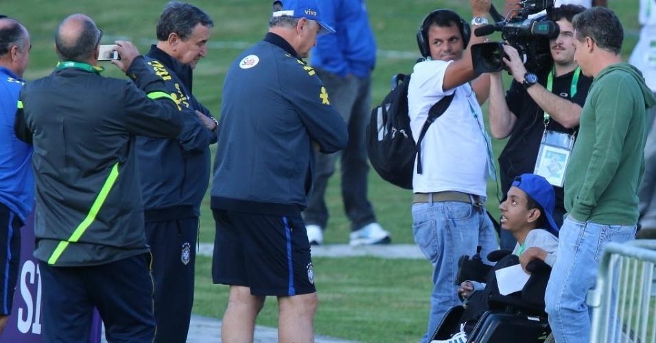 Felipão recebe jovem portador de deficiência durante treinamento da seleção brasileira, quinta-feira, na Granja Comary