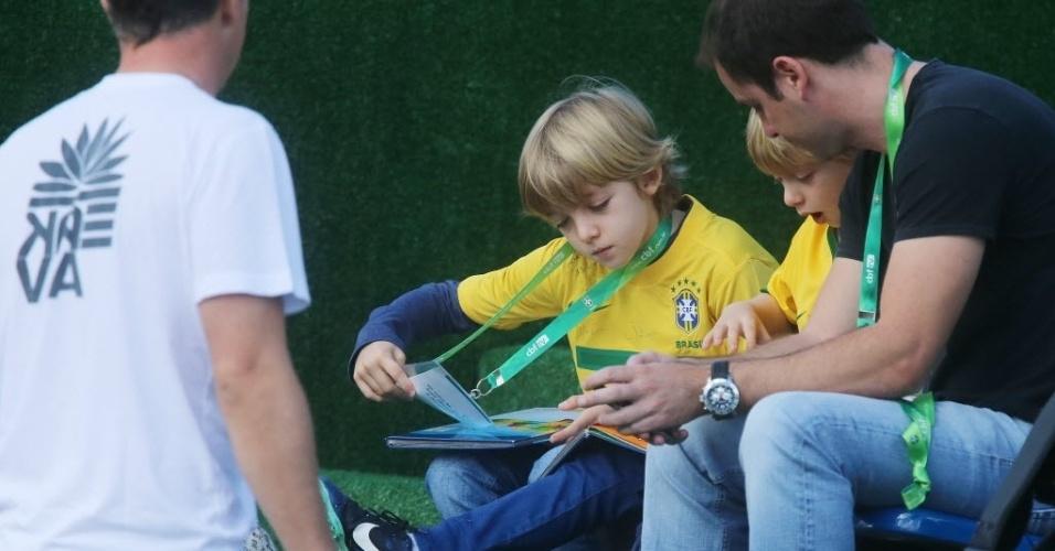 Filhos de Luciano Huck acompanham treinamento da seleção brasileira em Teresópolis