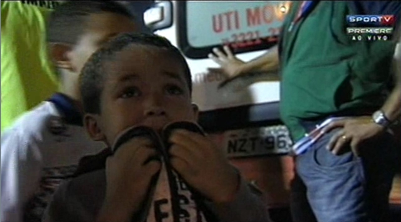 Garotinho chora nas arquibancadas da partida entre Bahia e Santos em Feira de Santana