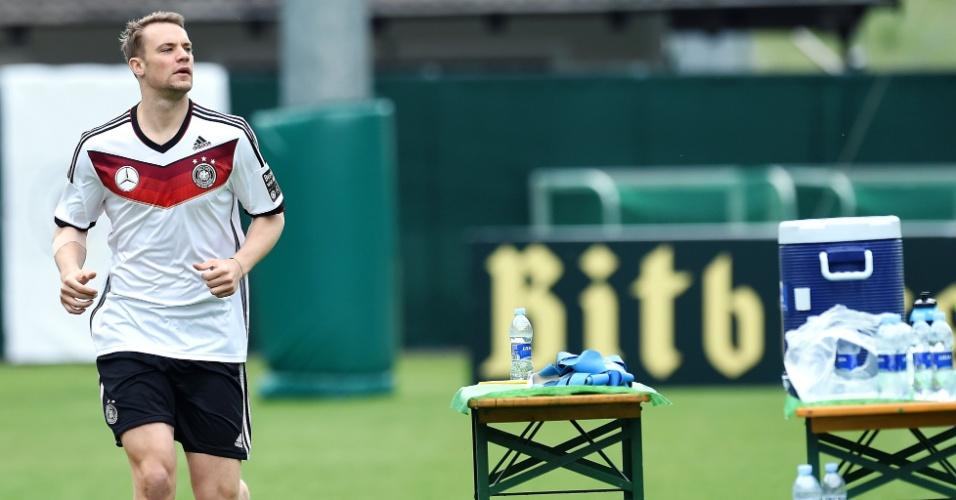 Goleiro Manuel Neuer faz aquecimento durante treinamento da seleção alemã em San Martino, Itália