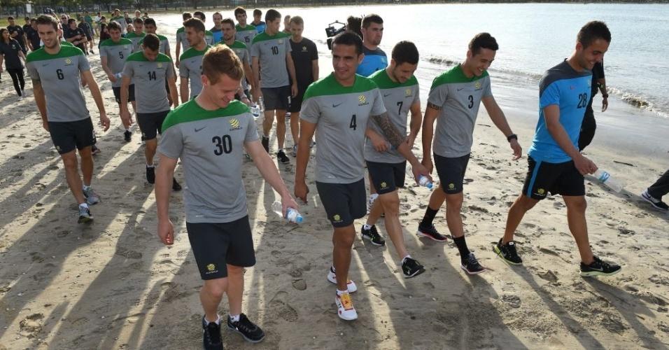 Jogadores da seleção da Austrália passeiam em praia de Vitória-ES. a equipe é a primeira a chegar ao Brasil para a Copa