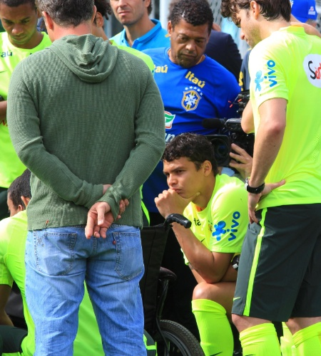 Jogadores deram pausa no treino para atender menino portador de deficiência. Garoto estava acompanhado de Luciano Huck, e filmagem foi feita para o programa Caldeirão do Huck