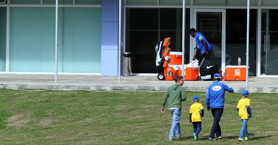 Luciano Huck curtiu treino da seleção com os filhos. Apresentador gravou no campo da Granja Comary