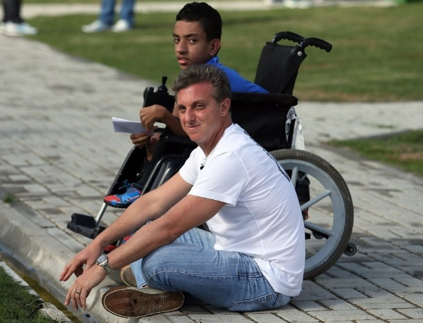 Luciano Huck esteve na Granja acompanhado de uma criança portadora de deficiência. Treino da seleção foi paralisado para que o apresentador e o menino se aproximassem dos atletas