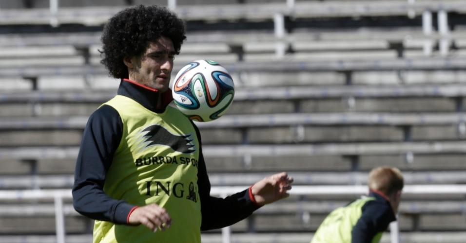 Marouane Fellaini controla bola durante treinos da seleção belga em Estocolmo