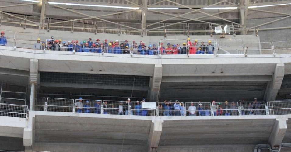 Na tarde desta quinta-feira, cerca de 300 operários guiados por um engenheiro simularam durante 30 minutos os movimentos dos espectadores em dias de jogos e shows nas arquibancadas do Allianz Parque