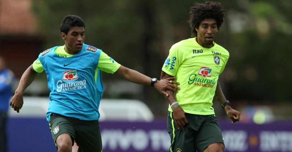 Paulinho e Dante disputam bola em treinamento da seleção brasileira nesta quinta-feira, em Teresópolis