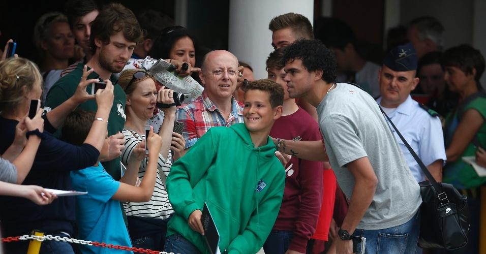 Pepe faz pose com fãs antes de apresentação à seleção portuguesa, que chega a hotel em Óbidos