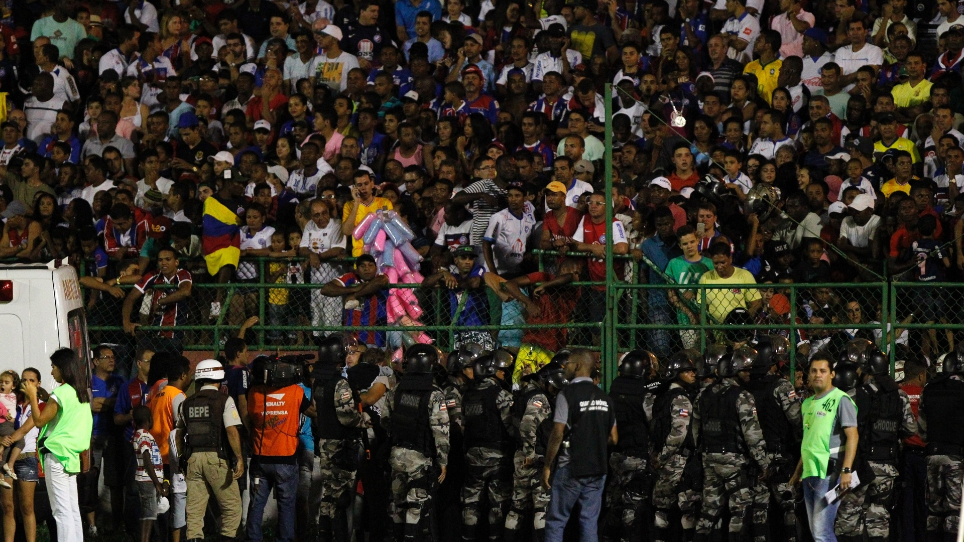 Policiais tentam solucionar problema de excesso de torcedores nas arquibancadas de Bahia e Santos