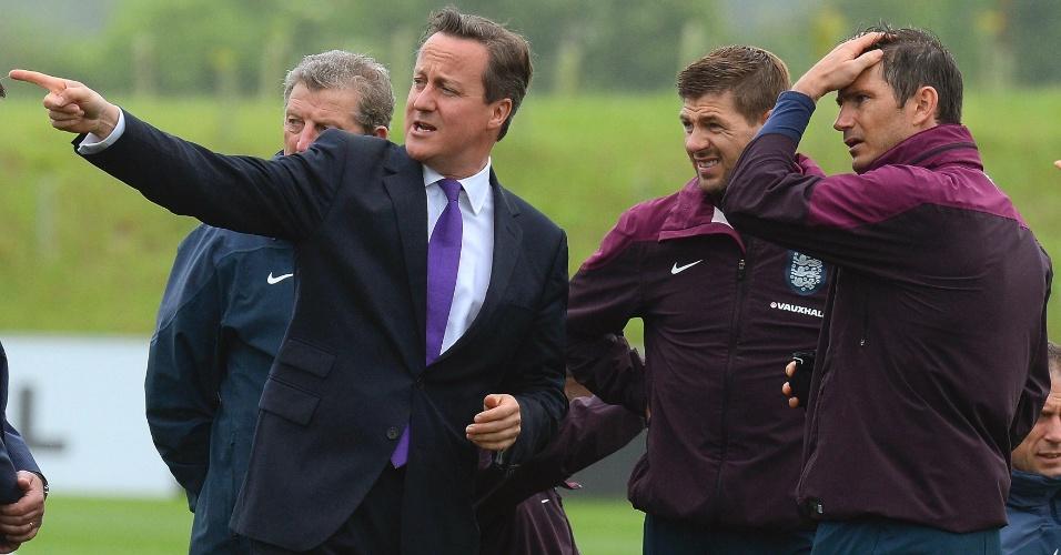 Primeiro-ministro David Cameron conversa com o técnico Roy Hodgson e os jogadores Steven Gerrard e Frank Lampard em visita à treino da seleção inglesa