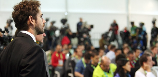 Sem poder fazer perguntas, repórter do CQC Felipe Andreoli apenas observa entrevista na Granja