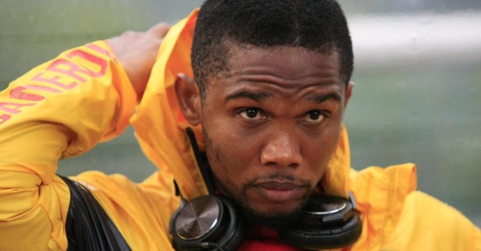 Samuel Eto'o faz cara de preocupação no banco de Camarões durante amistoso contra o Paraguai