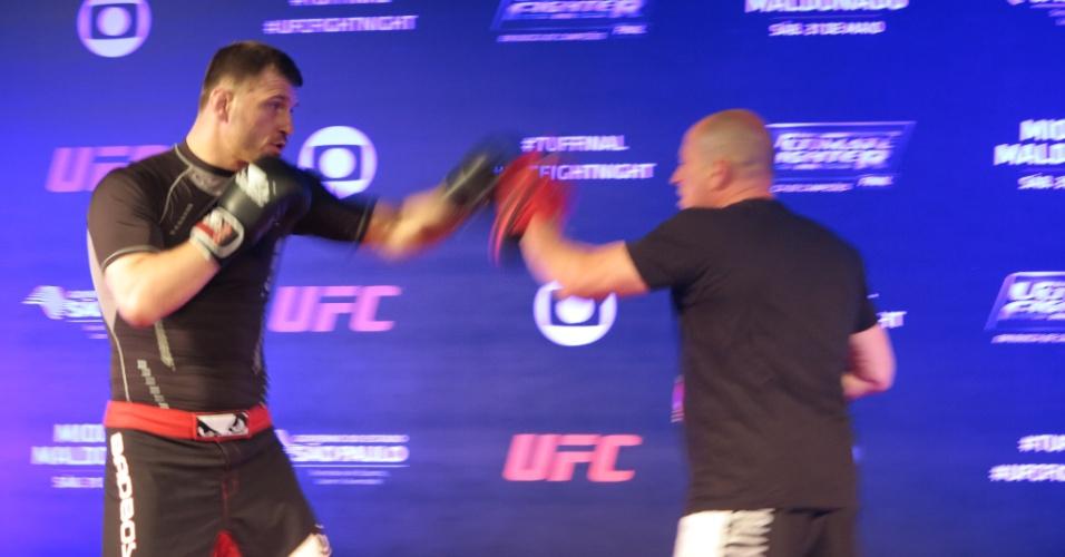 Stipe Miocic realiza treino de boxe durante atividade do UFC; ele enfrenta Fabio Maldonado na luta principal de sábado