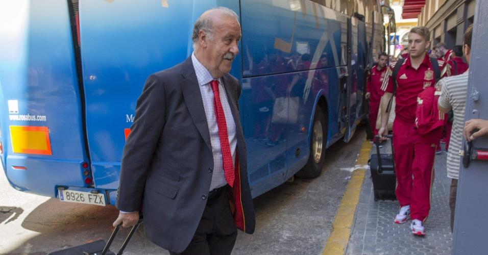 Vicente del Bosque desembarca em hotel em Sevilla, onde no dia seguinte a seleção espanhola enfrenta a Bolívia