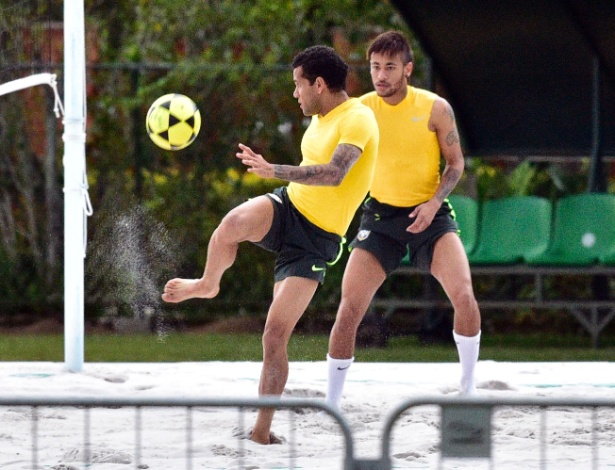 30.05.14 - Daniel Alves e Neymar batem bola no futevôlei da seleção na Granja Comary