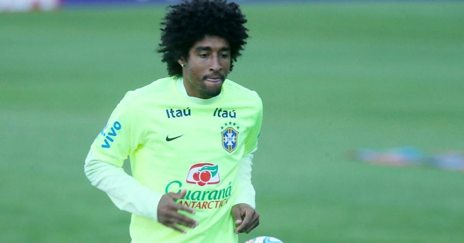 30.05.14 - Dante bate bola no treino da seleção em Teresópolis