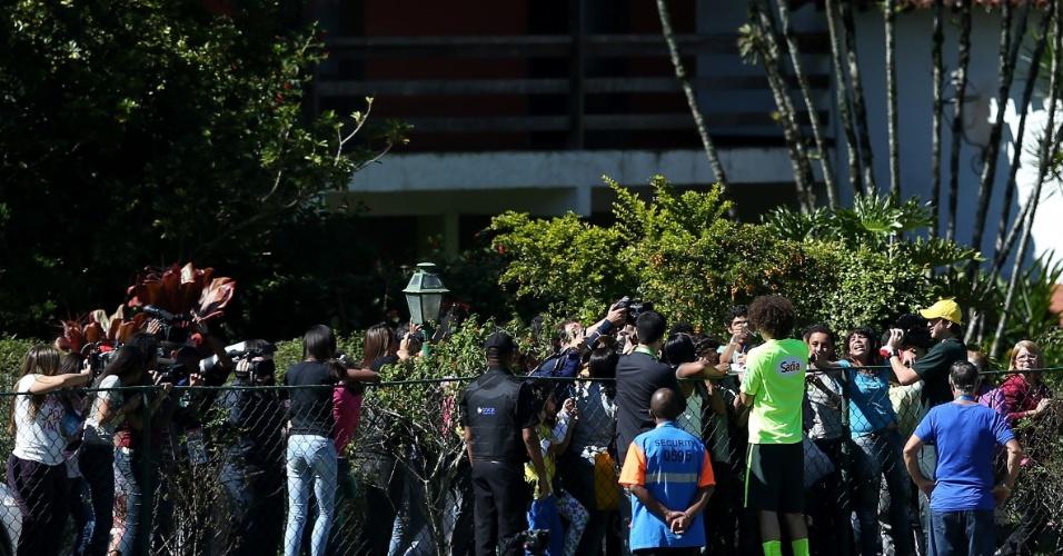 30.05.14 - David Luiz dá autógrafo para a torcida em Teresópolis