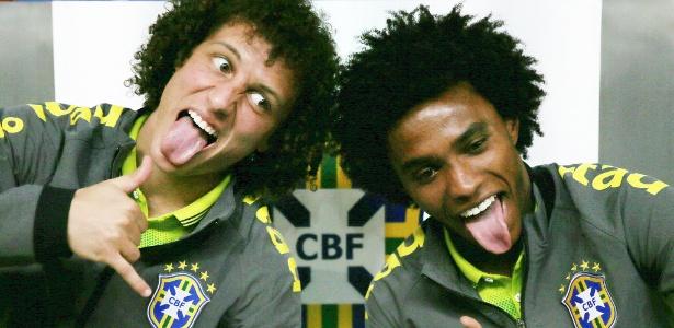 David Luiz e Willian fazem careta após a entrevista coletiva