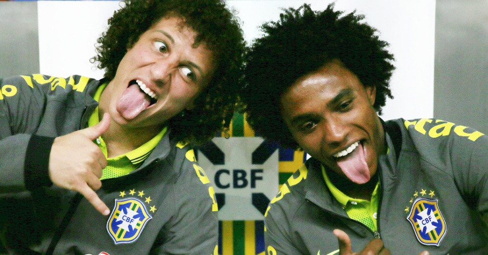 30.05.14 - David Luiz e Willian fazem careta após a entrevista coletiva desta sexta