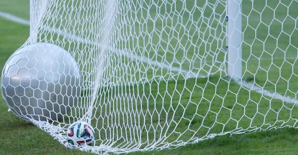 30.05.14 - Detalhe de bola gigante balançando as redes da Granja Comary no treino da seleção