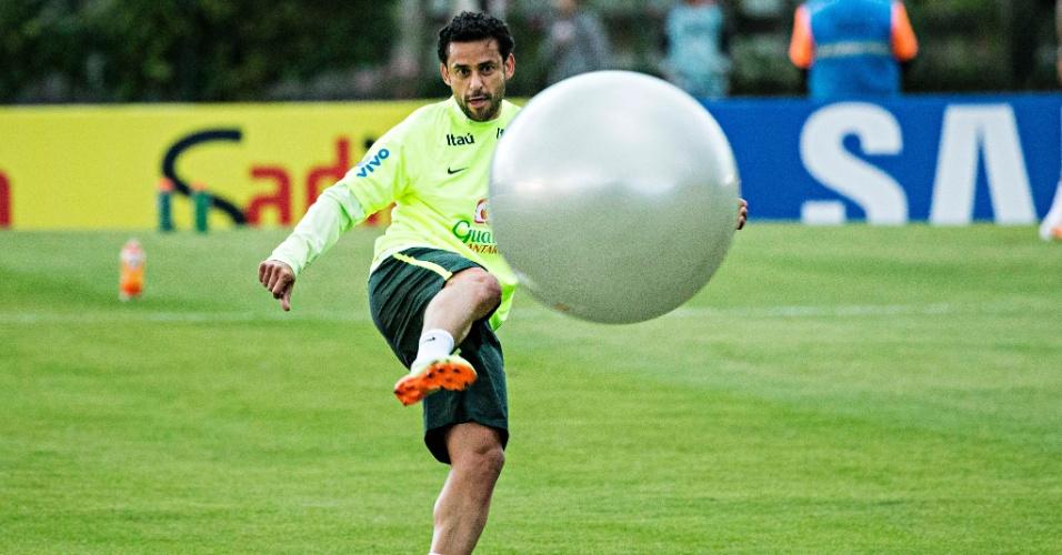 30.05.14 - Fred brinca com bola gigante em Teresópolis