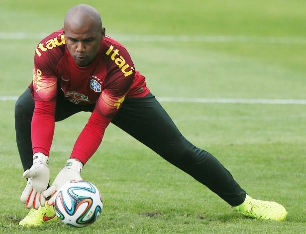 30.05.14 - Goleiro Jefferson faz defesa durante o treino da tarde da seleção brasileira na Granja Comary