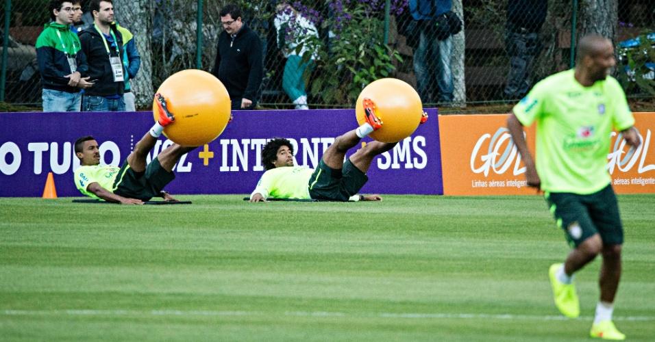 30.05.14 - Luiz Gustavo e Dante fazem exercício com bola para ginástica em Teresópolis