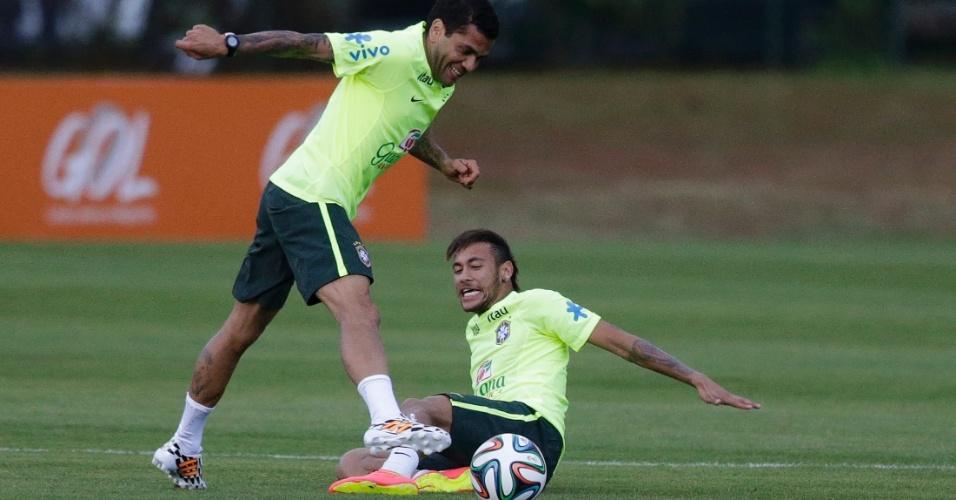 30.05.14 - Neymar dá carrinho em Daniel Alves no treino do Brasil