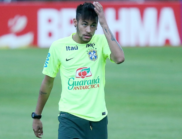 30.05.14 - Neymar passa a mão no cabelo no treino da seleção em Teresópolis