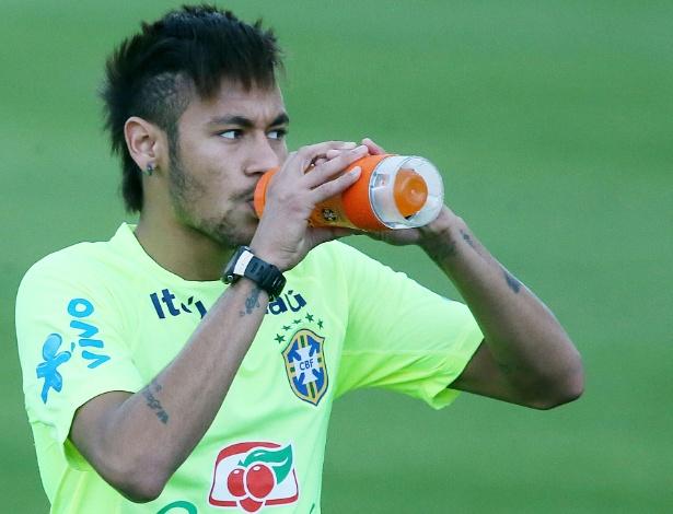 30.05.14 - Neymar se refresca no treino da seleção em Teresópolis