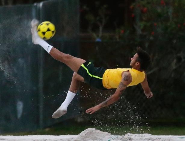 30.05.14 - Neymar tenta bicicleta no futevôlei da seleção na Granja Comary