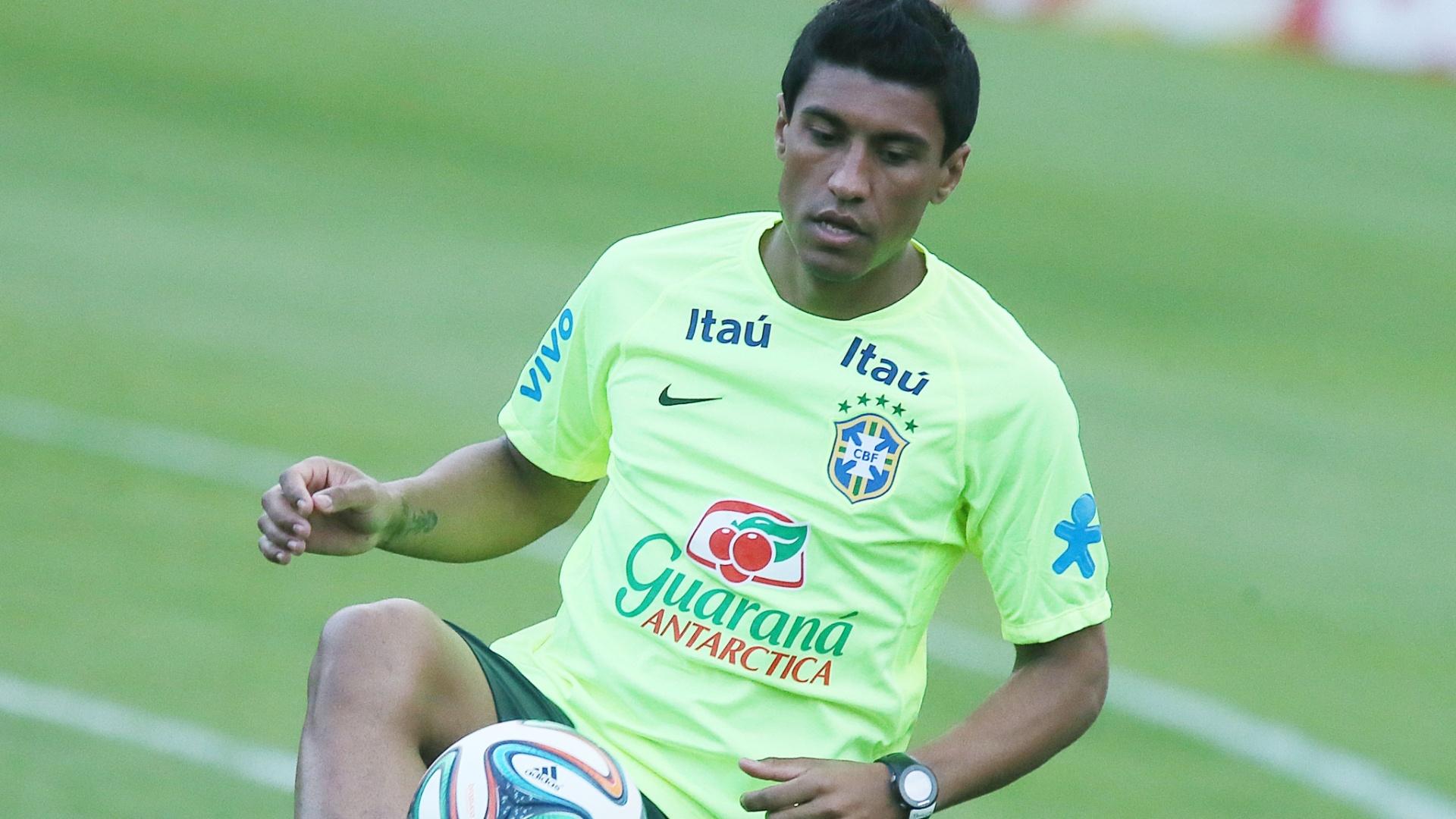 30.05.14 - Paulinho bate bola no treino da seleção em Teresópolis