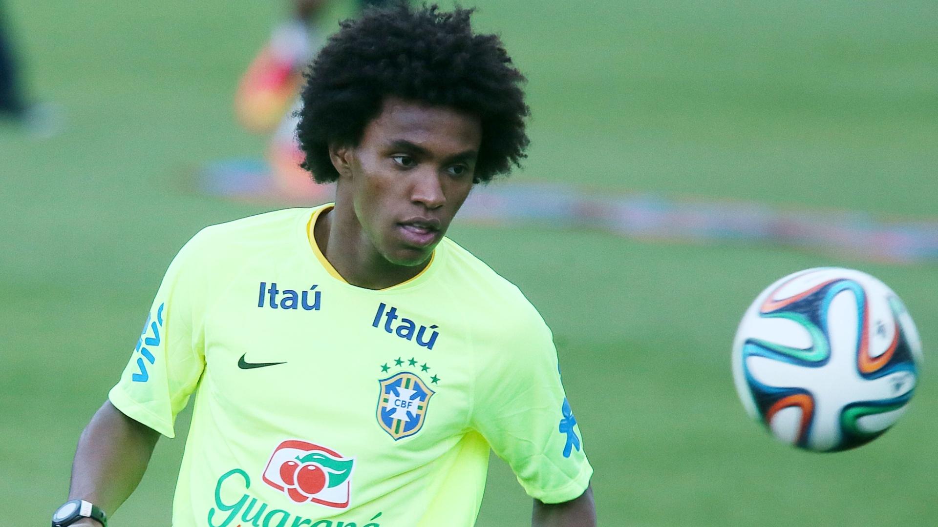 30.05.14 - Willian bate bola no treino da seleção em Teresópolis