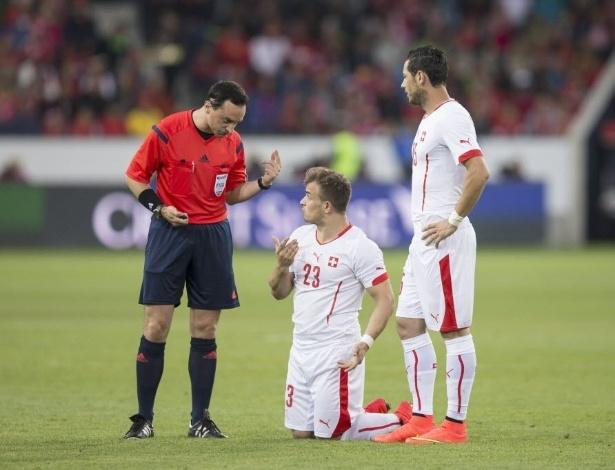 30.mai.2014 - Árbitro manda Shaqiri levantar durante amistoso da Suíça contra a Jamaica