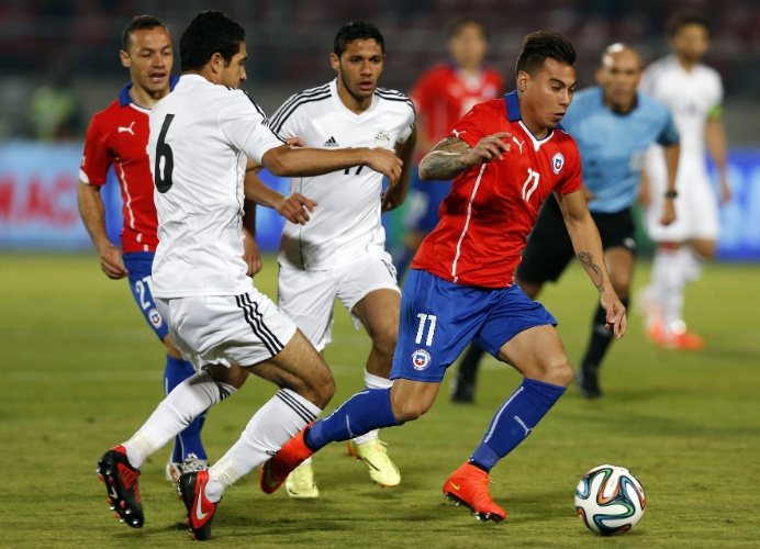 30.mai.2014 - Chileno Vargas, ex-Grêmio, é cercado pela marcação egípcia em amistoso realizado em Santiago