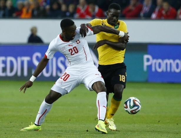 30.mai.2014 - Djourou (e), da Suíça, e REUTERS/Ruben Sprich, da Jamaica, disputam bola em amistoso