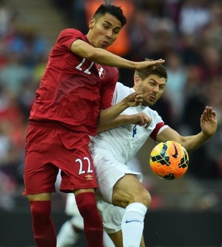 30.mai.2014 - Gerrard cai ao disputar bola com Deza, do Peru, em amistoso em Wembley