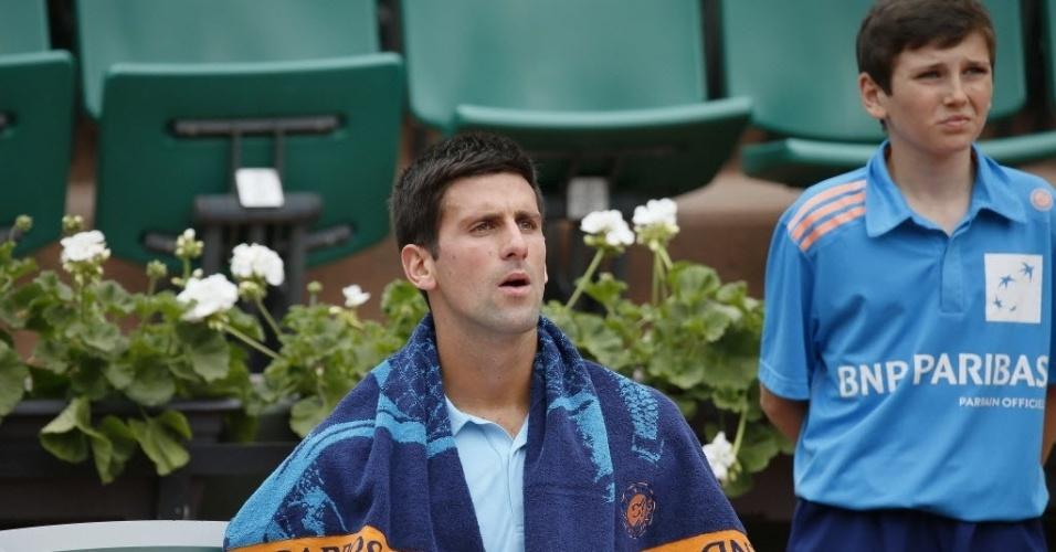 30.mai.2014 - Novak Djokovic descansa durante o intervalo de games na partida contra Marin Cilic