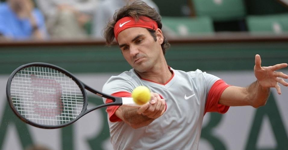 30.mai.2014 - Roger Federer rebate a bola durante partida de Roland Garros contra o russo Dmitry Tursunov