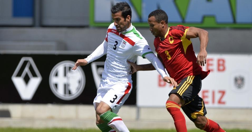 Angolano Lunguinha tenta roubar bola de iraniano Ehsan Hajisafi em amistoso preparatório para Copa do Mundo em Hartberg, Áustria