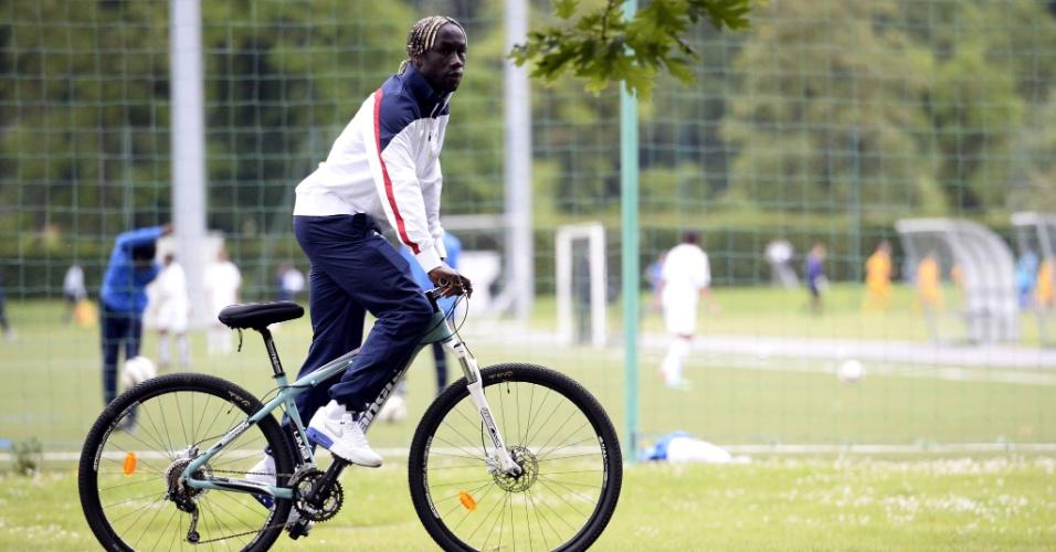Bacary Sagna pedala em direção à conferência de imprensa da seleção francesa em Clairefontaine-en-Yvelines