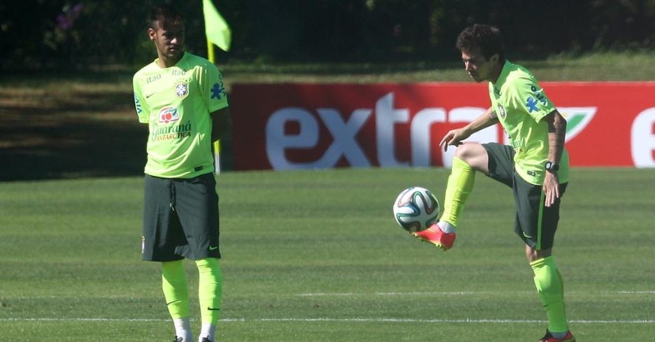 Bernard domina a bola observado por Neymar