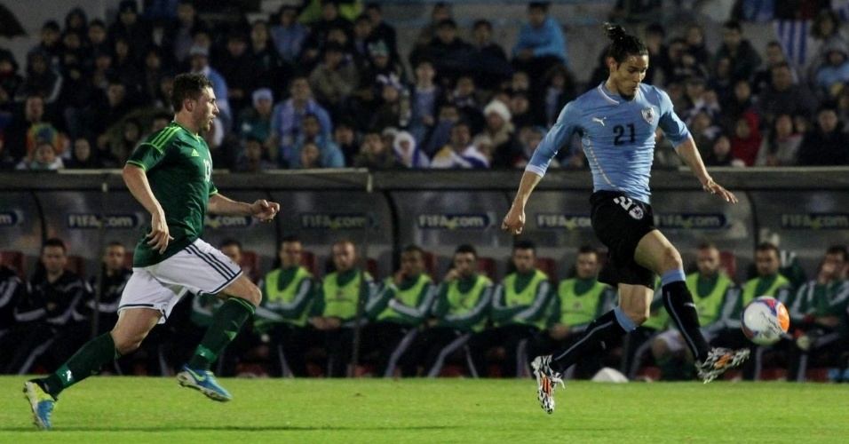 Cavani domina a bola em amistoso do Uruguai contra a Irlanda do Norte