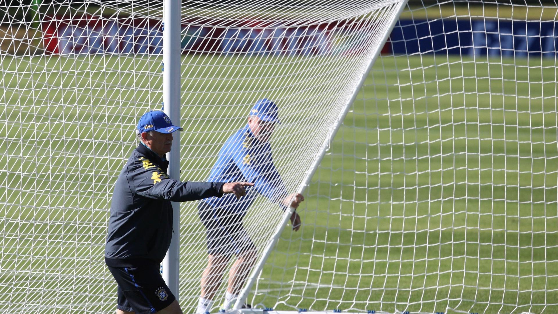 Comissão técnica da seleção ajusta redes para início do treino desta sexta. Felipão começou a atividade com seus 23 relacionados para a Copa