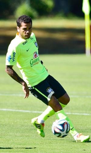 Daniel Alves domina bola em treino de finalização da seleção brasileira