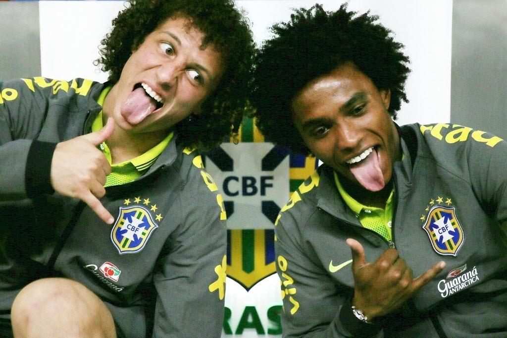 David Luiz e Willian fazem careta após entrevista coletiva na Granja Comary, em Teresópolis